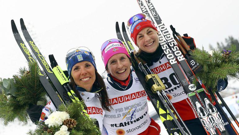 Марит БЬОРГЕН (в центре), Шарлотта КАЛЛА (слева) и Астрид ЯКОБСЕН. Фото AFP