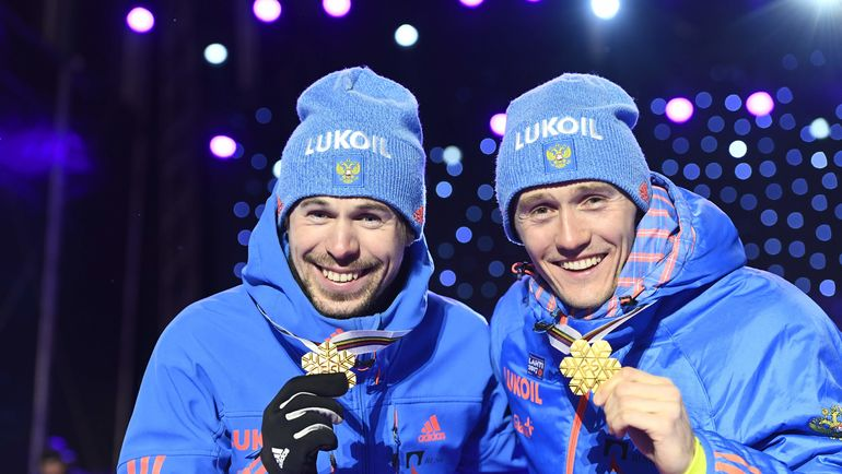 26 февраля. Лахти. Никита КРЮКОВ (справа) и Сергей УСТЮГОВ с золотом ЧМ-2017. Фото AFP