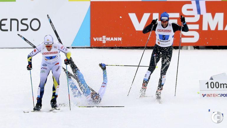 Сегодня. Лахти. Падение на финише Матти ХЕЙККИНЕНА (в центре) из сборной Финляндии. Фото AFP