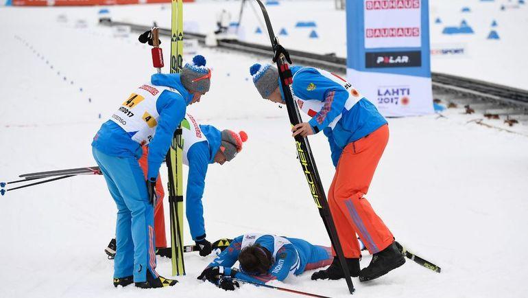 Сергей УСТЮГОВ - на снегу после финиша в окружении партнеров. Фото REUTERS