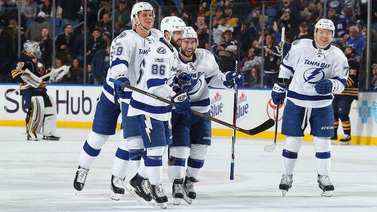 """Суббота. Баффало. """"Баффало"""" - """"Тампа-Бэй"""" - 1:2 Б. Партнеры поздравляют Никиту КУЧЕРОВА (№86) с победным буллитом. Фото NHL"""