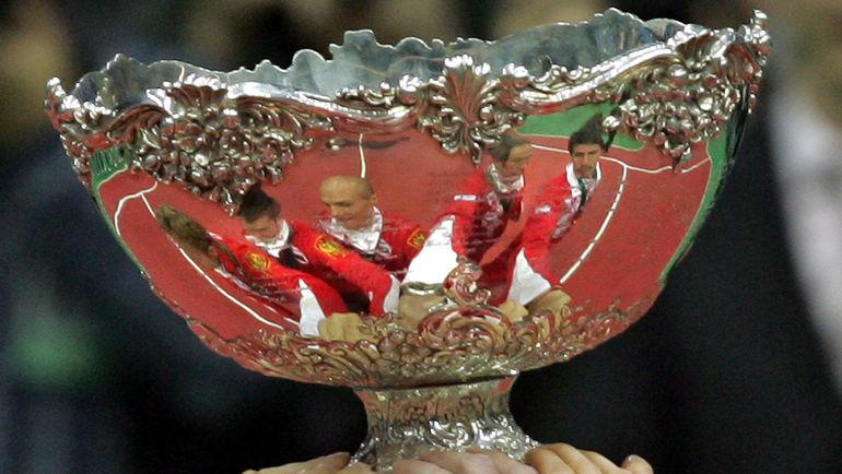 3 декабря 2006 года. Знаменитая Серебряная салатница - трофей за победу в Кубке Дэвиса - в руках игроков сборной России. Фото AFP