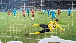 """Сегодня. Санкт-Петербург. """"Зенит"""" – """"Арсенал"""" – 2:0. Доменико КРИШИТО реализует пенальти на 51-й минуте."""