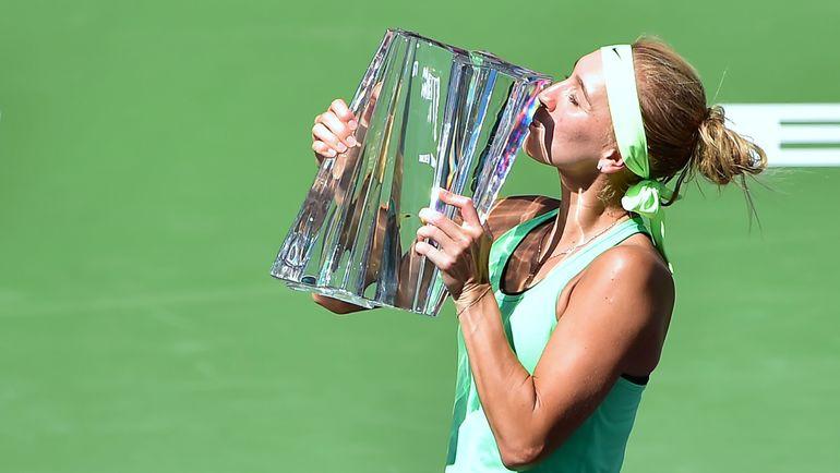 Воскресенье. Индиан-Уэллс. Елена ВЕСНИНА с кубком за победу на BNP Paribas Open. Фото AFP