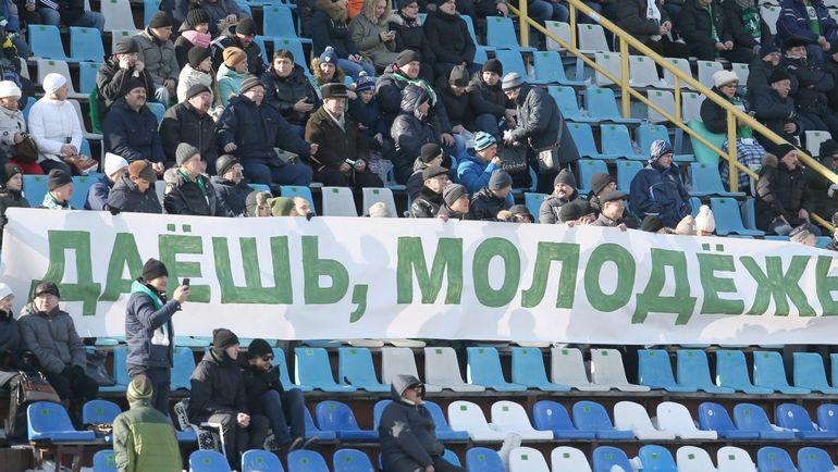 """Баннер на матче """"Томи"""". Фото Дмитрий ШУБА"""