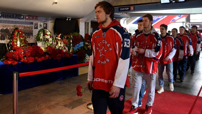 """Сегодня. Москва. Юные хоккеисты """"Красной Армии"""" пришли проститься с Сергеем Гимаевым. Фото photo.khl.ru"""