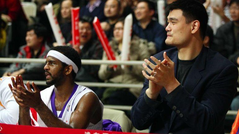 """Джону ЛУКАСУ (слева) пришлось пройти несколько реабилитационных программ, чтобы остаться в НБА. Сейчас он тренирует """"Хьюстон"""". Фото AFP"""
