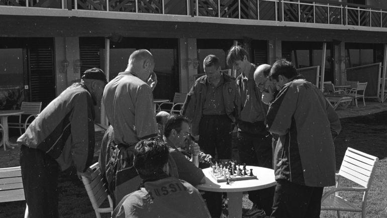 Зураб ОРДЖОНИКИДЗЕ (второй справа) играет в шахматы с футболистами сборной России. Фото Григорий ФИЛИППОВ