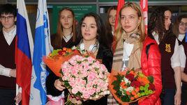 Медведева и Погорилая: цветы в аэропорту