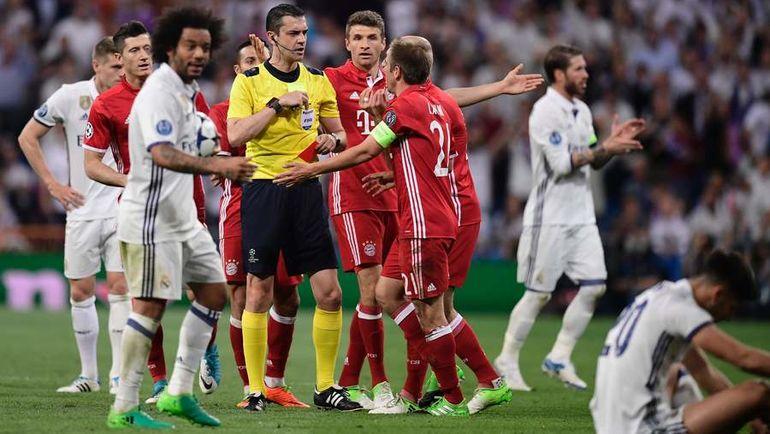 """Вчера. Мадрид. """"Реал"""" - """"Бавария"""" - 4:2. Виктор КОШШОИ и возмущенные его решением игроки гостей. Фото AFP"""