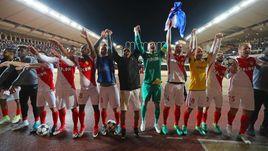 """Сегодня. Монте-Карло. """"Монако"""" - """"Боруссия"""" - 3:1. Игроки французской команды празднуют выход в полуфинал Лиги чемпионов вместе со своими болельщиками."""