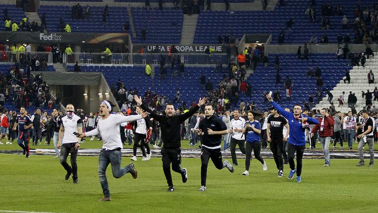 """13 апреля. Лион. """"Лион"""" - """"Бешикташ"""" - 2:1. Болельщики хозяев выбежали на поле, спровоцированные поведением турецких фанатов, забрасывавших их петардами. Фото REUTERS"""