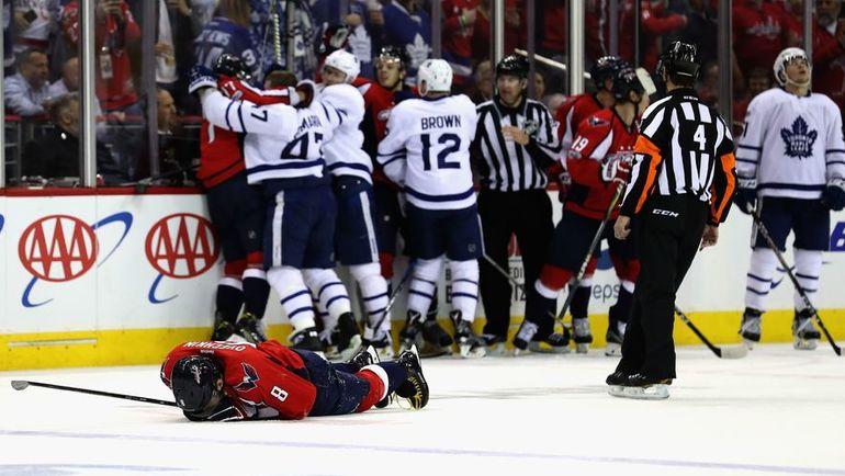 """Пятница. Вашингтон. """"Вашингтон"""" – """"Торонто"""" – 2:1 ОТ. Александр ОВЕЧКИН на льду после грязного приема соперника. Фото REUTERS"""