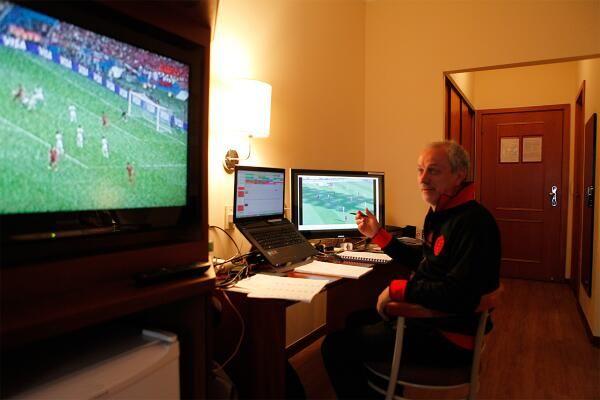 Бельгия готовится к матчу с Россией с помощью телевизора (Фото) - изображение 1