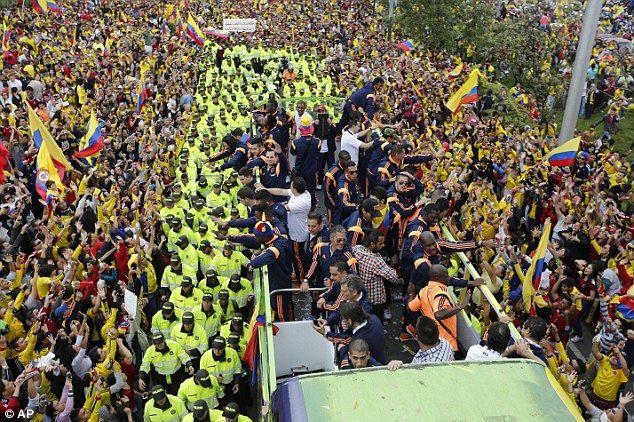 Тысячи фанатов встретили сборную Колумбии в Боготе (Фото) - изображение 1