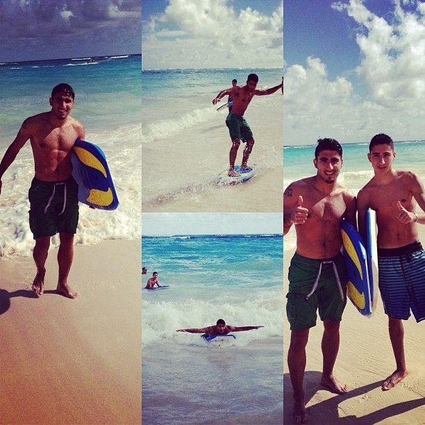 Арас Озбилиз на пляже