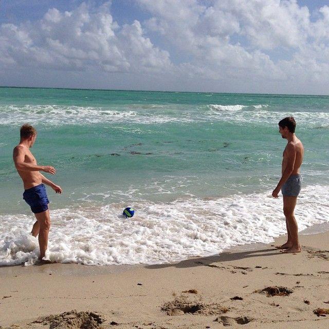 Денис Глушаков и Дмитрий Комбаров на пляже