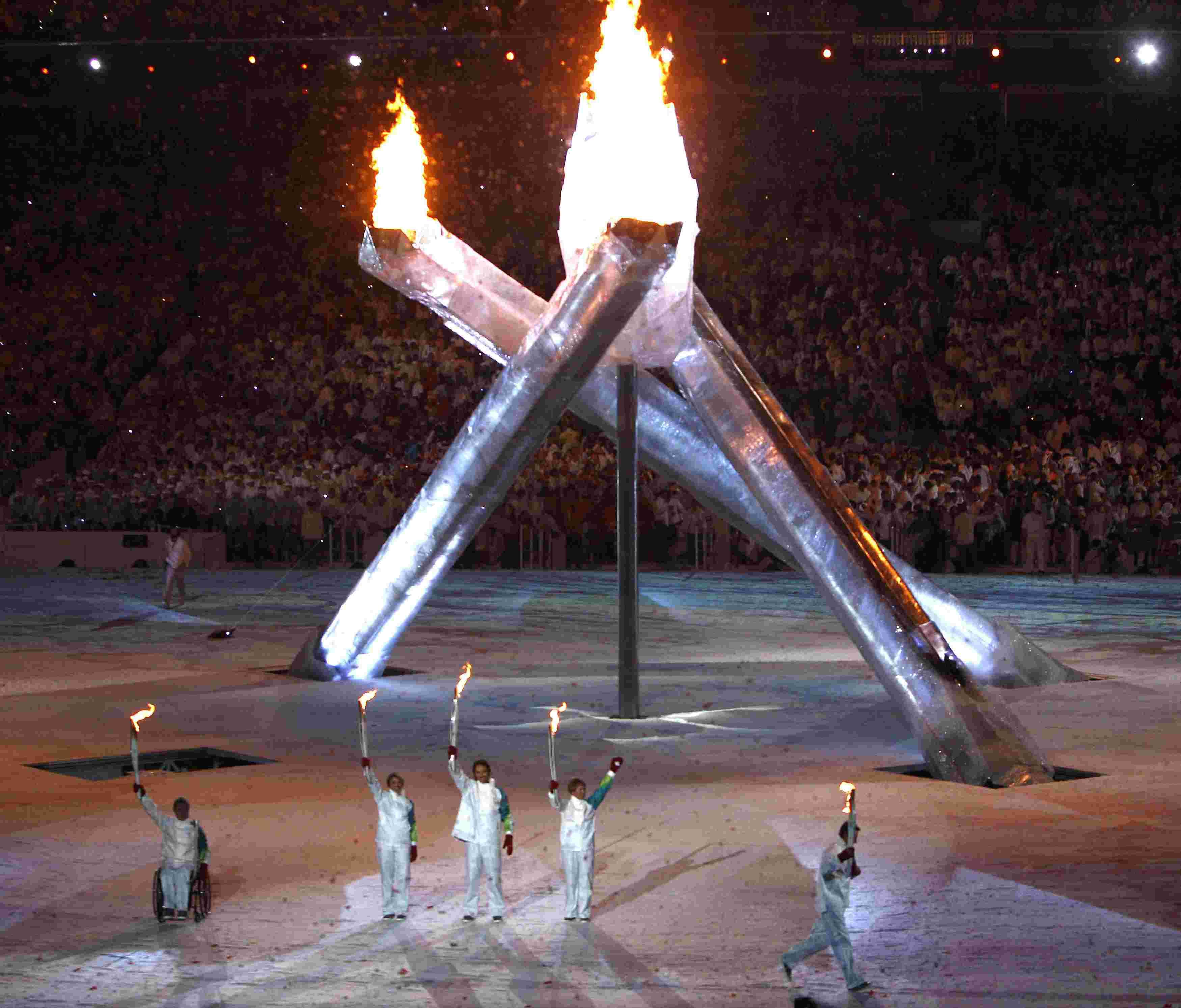 Фото спортсмен зажигает олимпийский огонь ванкувер 4