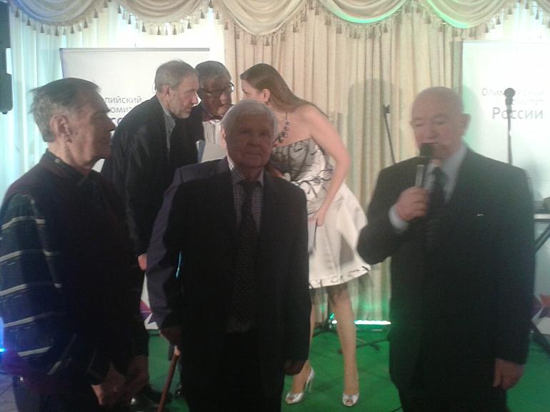 Никита СИМОНЯН, Анатолий ИСАЕВ и Анатолий ИЛЬИН поздравляют Алексея ПАРАМОНОВА