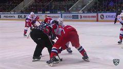 Удаление. Эмиль Галимов (Локомотив) получил 2 минуты за опасную игру высоко поднятой клюшкой