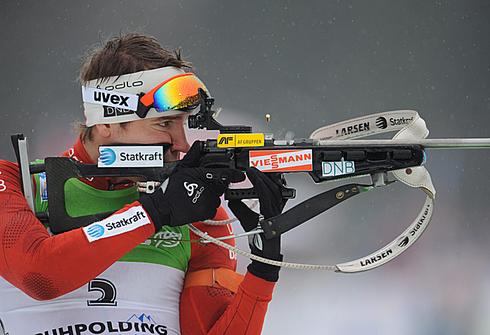 Эмиль Хегле Свендсен стоит на огневом рубеже во время разминки. Масс-старт 15 км. Чемпионат мира - 2012г. Рупольдинг (Германия) 11 марта 2012г. Фото AFP
