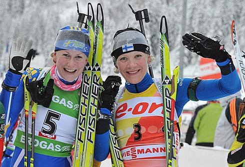 12 декабря 2012 года. Этап Кубка мира в Хохфильцене (Австрия). Гонка преследования 7,5 км. Хелена Экхольм и Кайса Мякяряйнен (справа). Фото AFP