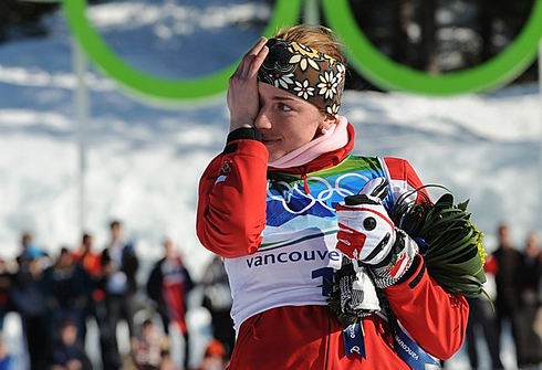 Юстина КОВАЛЬЧИК на пьедестале Олимпиады-2010 в Ванкувере. Фото AFP