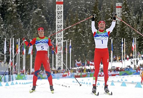 Юстина КОВАЛЬЧИК (справа) вырывает победу у Марит Бьорген на финише 30-километровой гонки Олимпиады-2010 в Ванкувере. Фото REUTERS