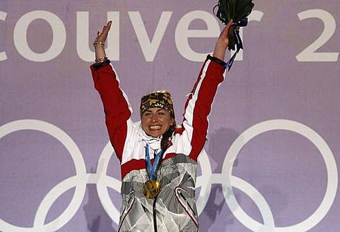 Юстина КОВАЛЬЧИК с золотой медалью Олимпиады-2010 в Ванкувере. Фото REUTERS
