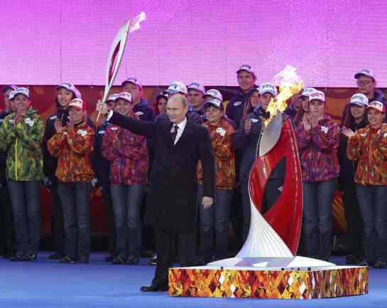 Сегодня. Москва. Президент России Владимир ПУТИН дает старт эстафете олимпийского огня. Фото Reuters