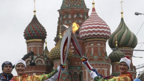 Сегодня. Москва. Олимпийская чемпионка по синхронному плаванию Анастасия ДАВЫДОВА передает эстафету олимпийского огня олимпийской чемпионке по спортивной гимнастике Светлане ХОРКИНОЙ. Фото REUTERS Фото Reuters