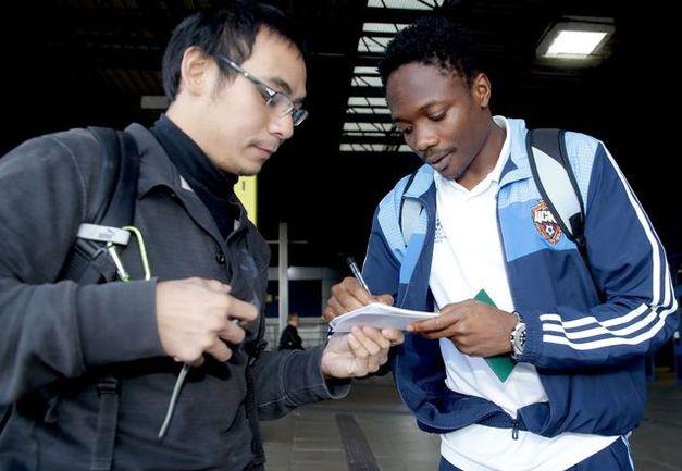 Армейцы раздают автографы в Манчестере Фото «СЭ»
