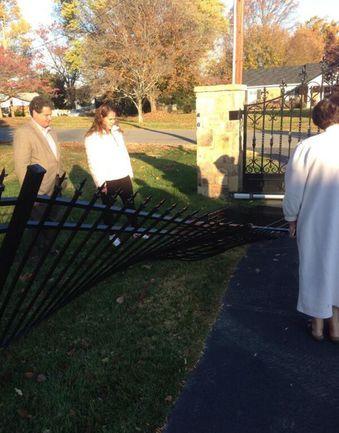 Забор у дома Овечкина повален оленем Фото «СЭ»