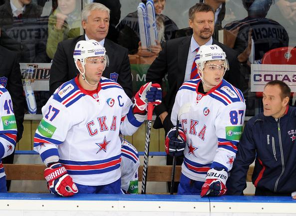 Илья КОВАЛЬЧУК (№17), Вадим ШИПАЧЕВ(№87) и главный тренер Юкка ЯЛОНЕН (справа). Фото Алексей ИВАНОВ, «СЭ»