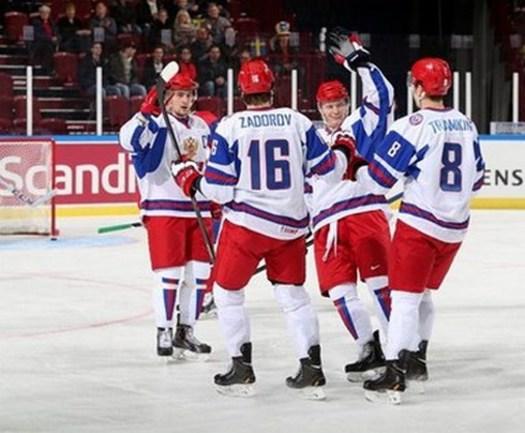 Победив США, Никита ЗАДОРОВ (№16) и его партнеры шагнули в полуфиннал. Фото iihf.com
