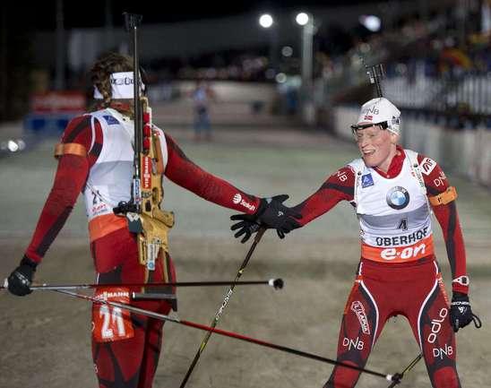 Тура БЕРГЕР (слева) и Сюнневе СУЛЕМДАЛЬ (справа) - первая и вторая в масс-старте в Оберхофе. Фото AFP