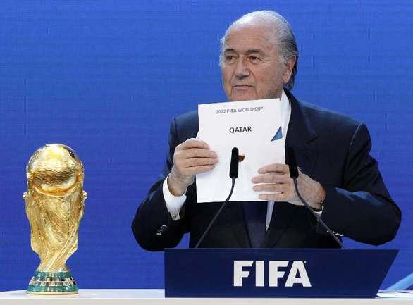 2 декабря 2010 года. Глава ФИФА Зепп БЛАТТЕР отдает ЧМ Катару. Фото Reuters