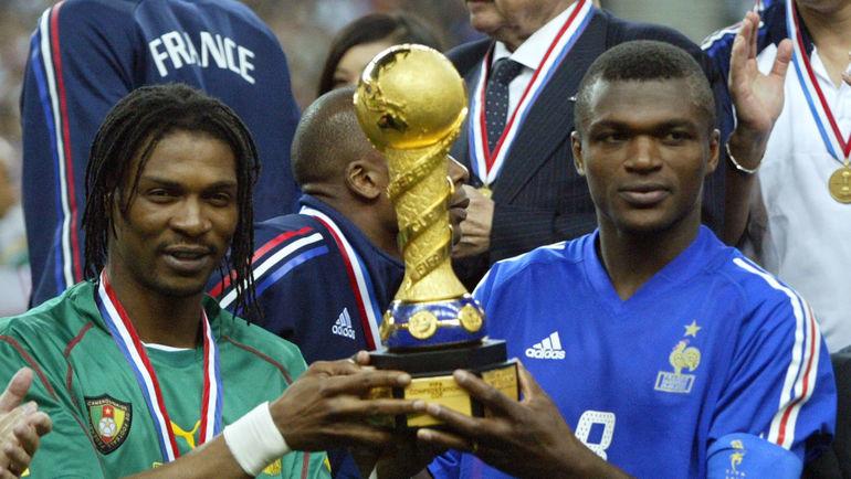 29 июня 2003 года. Сен-Дени. Марсель ДЕСАЙИ (справа)  и капитан сборной Камеруна Ригобер СОНГ с Кубком конфедераций. Фото AFP