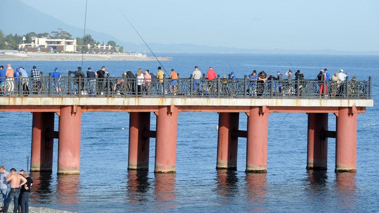 "Рыбаки на пирсе в Сочи. Фото Алексей ИВАНОВ, ""СЭ"""