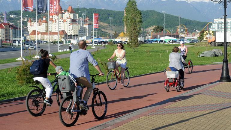 """Велосипедисты на набережной у олимпийского парка. Фото Алексей ИВАНОВ, """"СЭ"""""""