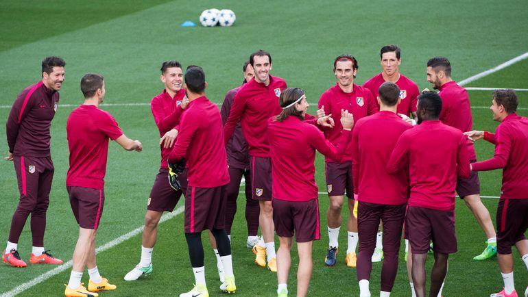 Диего СИМЕОНЕ (слева) и его игроки. Фото AFP