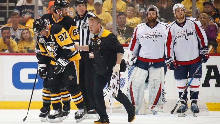"""Понедельник. Питтсбург. """"Питтсбург"""" - """"Вашингтон"""" - 2:3 ОТ. Сидни КРОСБИ (№87) после травмы покидает лед. Фото Reuters"""