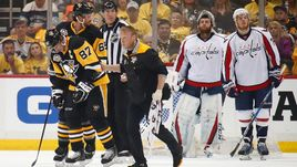 """Понедельник. Питтсбург. """"Питтсбург"""" - """"Вашингтон"""" - 2:3 ОТ. Сидни КРОСБИ (№87) после травмы покидает лед."""