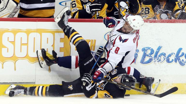 "Вчера. Питтсбург. ""Питтсбург"" - ""Вашингтон"" - 2:3 ОТ. Александр ОВЕЧКИН у скамейки ""Пингвинов"". Фото AFP"