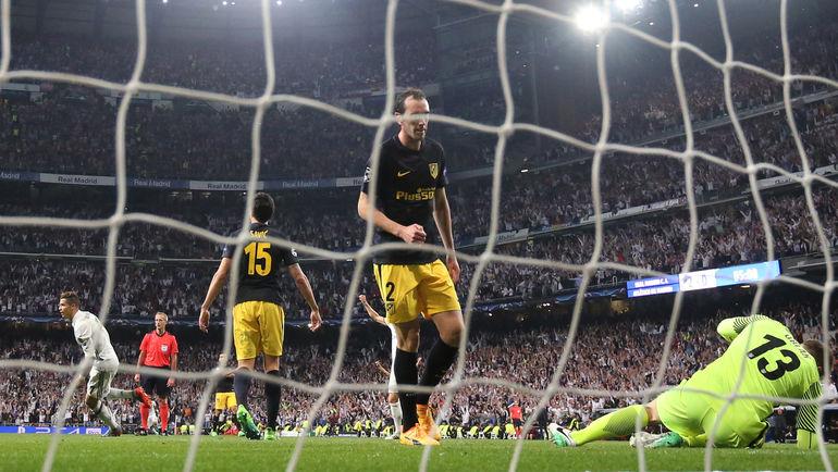 """Вторник. Мадрид. """"Реал"""" - """"Атлетико"""" - 3:0. Только что КРИШТИАНУ РОНАЛДУ (слева) провел третий мяч в ворота """"матрасников"""". Фото Reuters"""