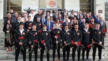 Юные армейцы возложили цветы к памятнику
