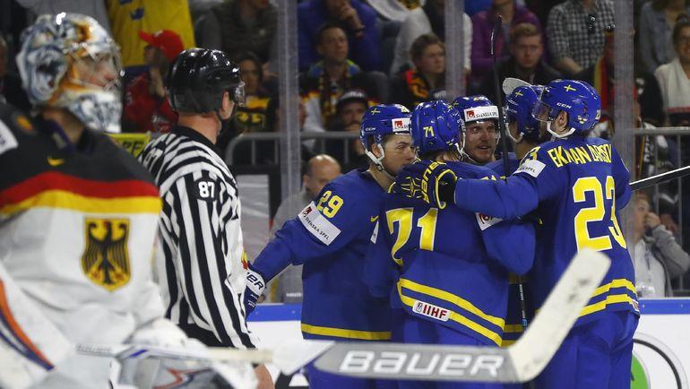 Cуббота. Кельн. Германия - Швеция - 2:7. Хоккеисты шведской сборной празднуют очередной гол ворота соперника. Фото REUTERS