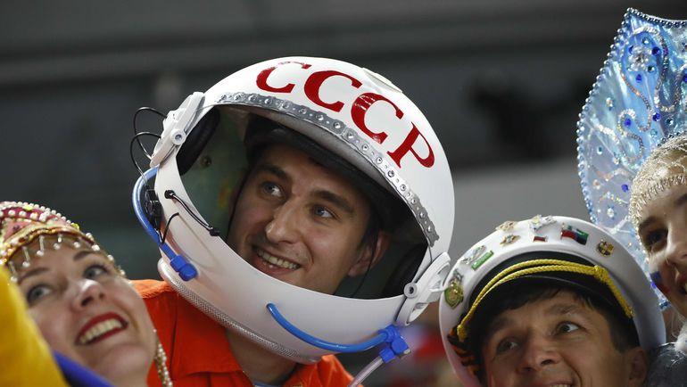Воскресенье. Кельн. Италия - Россия - 1:10. Болельщик-космонавт уже стал звездой чемпионата мира. Фото Reuters