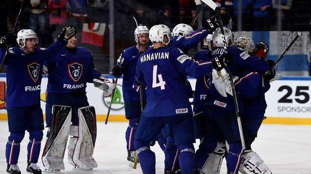 Воскресенье. Париж. Финляндия - Франция - 1:5. Игроки сборной Франции празднуют сенсационную победу. Фото AFP