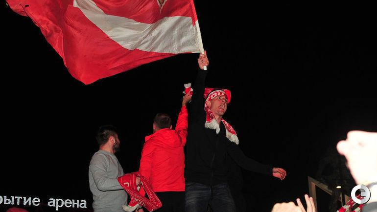 Сегодня. Москва. Тушино. Артем РЕБРОВ и Денис ГЛУШАКОВ празднуют золото вместе с фанатами.
